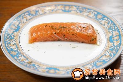 煎三文鱼牛油果沙拉配小黄瓜果蔬汁的做法图解3