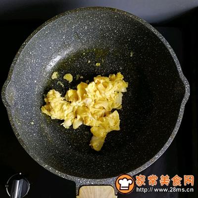 胡萝卜虾皮葱花蛋炒饭的做法图解3