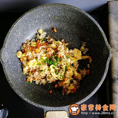 胡萝卜虾皮葱花蛋炒饭的做法图解8