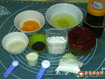 芝麻蜂糖戚风蛋糕的做法图解1