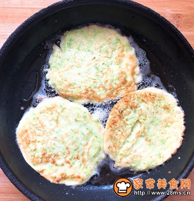 快手早餐西葫芦鸡蛋饼的做法图解7