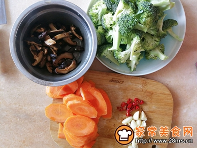 胡萝卜香菇香肠炒西兰花的做法图解1