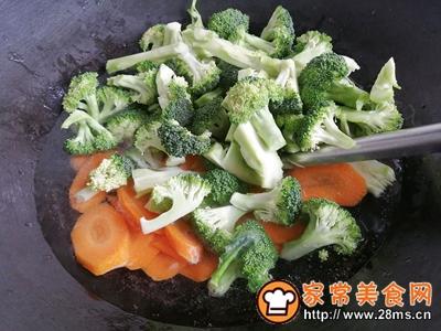 胡萝卜香菇香肠炒西兰花的做法图解4