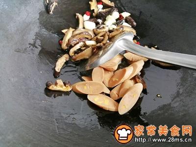 胡萝卜香菇香肠炒西兰花的做法图解7