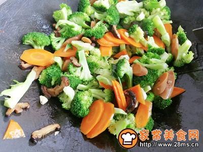 胡萝卜香菇香肠炒西兰花的做法图解8