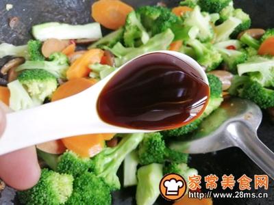 胡萝卜香菇香肠炒西兰花的做法图解10