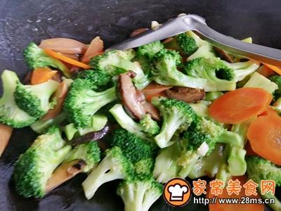 胡萝卜香菇香肠炒西兰花的做法图解11