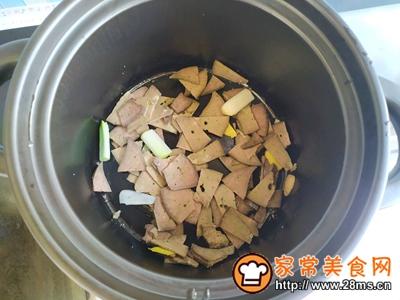 猪肝玉米菌菇汤的做法图解3