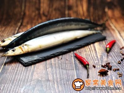 秋日里的烧烤香辣煎烤秋刀鱼的做法图解1
