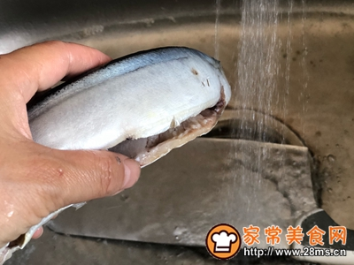 秋日里的烧烤香辣煎烤秋刀鱼的做法图解2