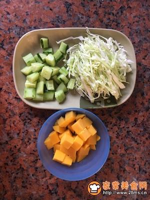 金枪鱼蔬菜水果沙拉的做法图解2