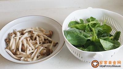 鸡蛋菌菇木耳菜汤的做法图解1