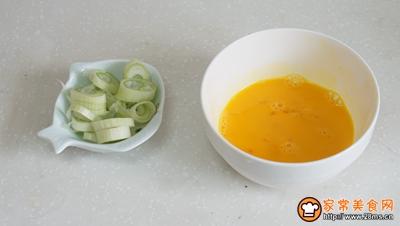 鸡蛋菌菇木耳菜汤的做法图解2