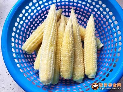 白玉菇炒玉米笋的做法图解2