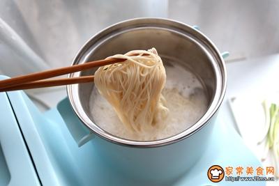 煎蛋酸汤葱花面的做法图解4