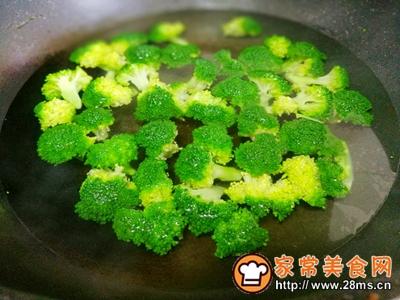 西兰花炒菌菇的做法图解4