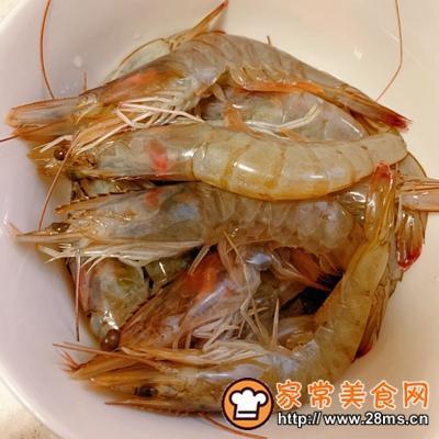 做正宗咸蛋黄�h虾的图片步骤1
