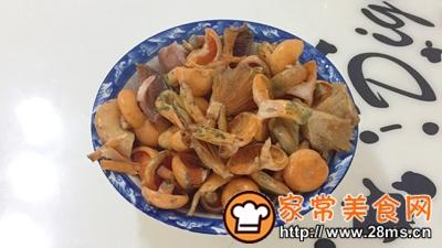 做正宗湘西特色:枞菌炒肉的图片步骤2