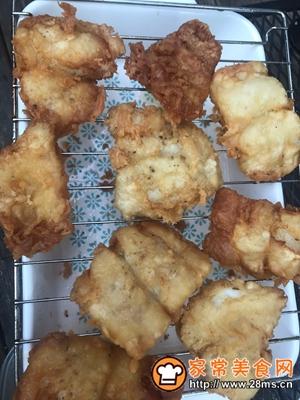 做正宗著名的英国小吃:炸鱼和薯条配西兰花蔓越莓沙拉的图片步骤7