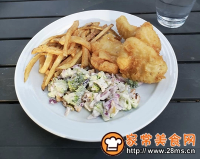 做正宗著名的英国小吃:炸鱼和薯条配西兰花蔓越莓沙拉的图片步骤8