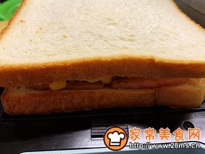 做正宗超快手早餐:肉松午餐肉玉米粒三明治的图片步骤11