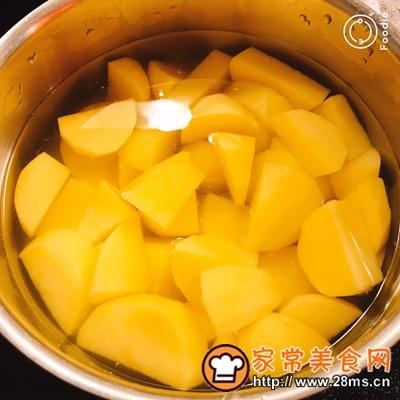 做正宗香煎三文鱼配煮土豆和凉拌西蓝花的图片步骤3