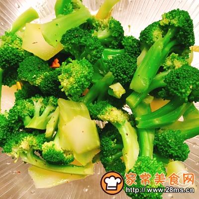 做正宗香煎三文鱼配煮土豆和凉拌西蓝花的图片步骤5