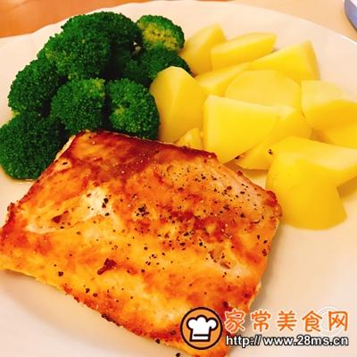 做正宗香煎三文鱼配煮土豆和凉拌西蓝花的图片步骤8