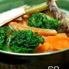 熏鱼鸡肉杂蔬豆浆汤