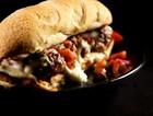 牛肉丸奶酪三明治配番茄沙拉