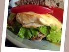岩浆奶酪煎鸡肉三明治