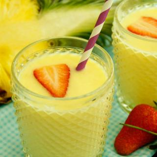 鲜榨草莓菠萝奶昔