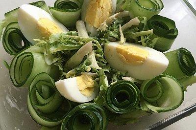 黄瓜卷苦苣沙拉