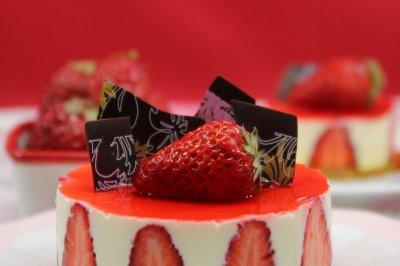 人气西饼店的招牌甜品:香草慕斯草莓巧克力蛋糕