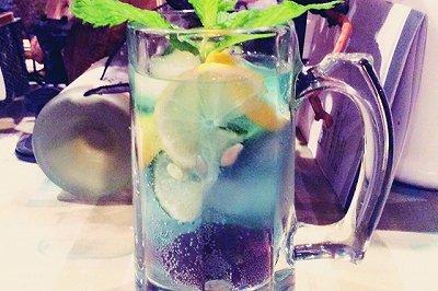 蓝玫瑰威士忌调酒饮料