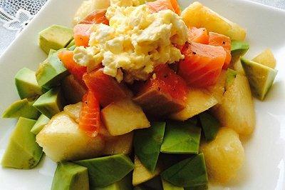 三文鱼牛油果桃子沙拉