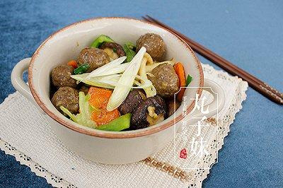 美味家常菜蚝油杂菌肉丸煲