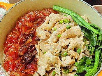 腊味虾酱猪颈肉煲仔饭