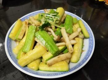 鲜菌鱼条炒翠玉瓜