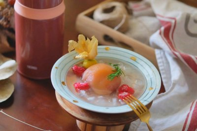 粉粉嫩嫩的桃子覆盆子糖水