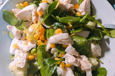 超级清新的夏日鸡胸牛油果沙拉