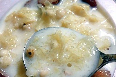 懒人版牛奶薏米炖银耳