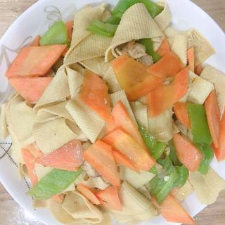 胡萝卜尖椒炒豆皮