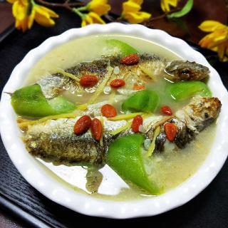 鲜河鱼炖丝瓜汤