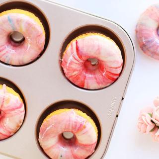 粉色彩釉面巧克力甜甜圈蛋糕
