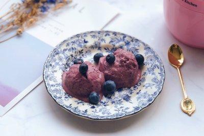 冰激凌机制作蓝莓酸奶冰激凌