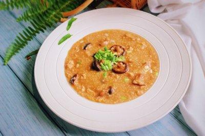 夏季养胃事半功倍香菇鸡肉小米粥