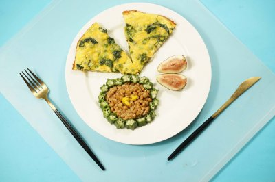 菠菜豌豆煎蛋饼配秋葵纳豆