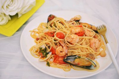 简单的无酱料的正宗意大利海鲜意面