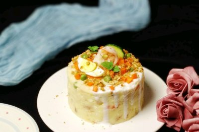 滴落蛋糕造型的土豆泥沙拉